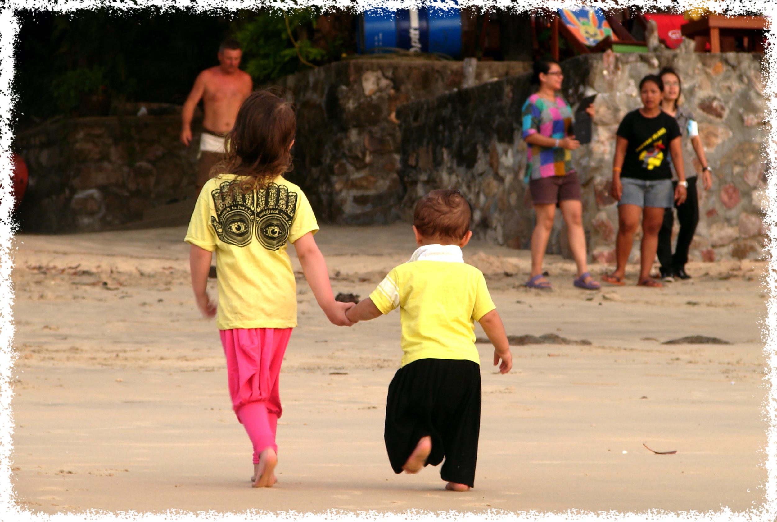 Thailand mit Zug, Tuk Tuk, Flugzeug und zwei Kleinkindern